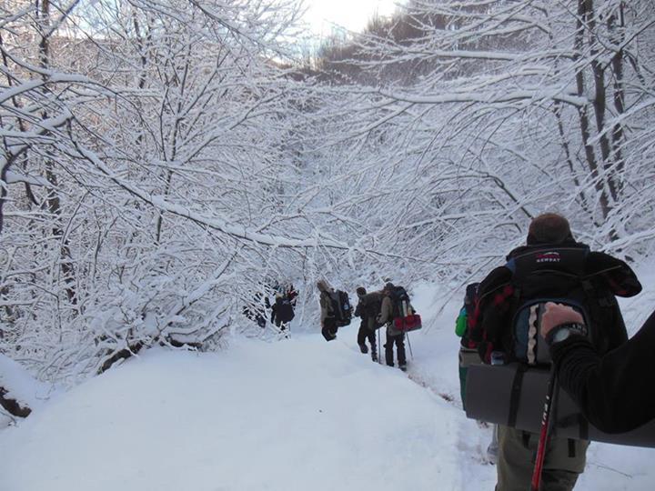 Geçen yıllardan farklı olarak ekip üyeleri kar yağışıyla karşılaştı.