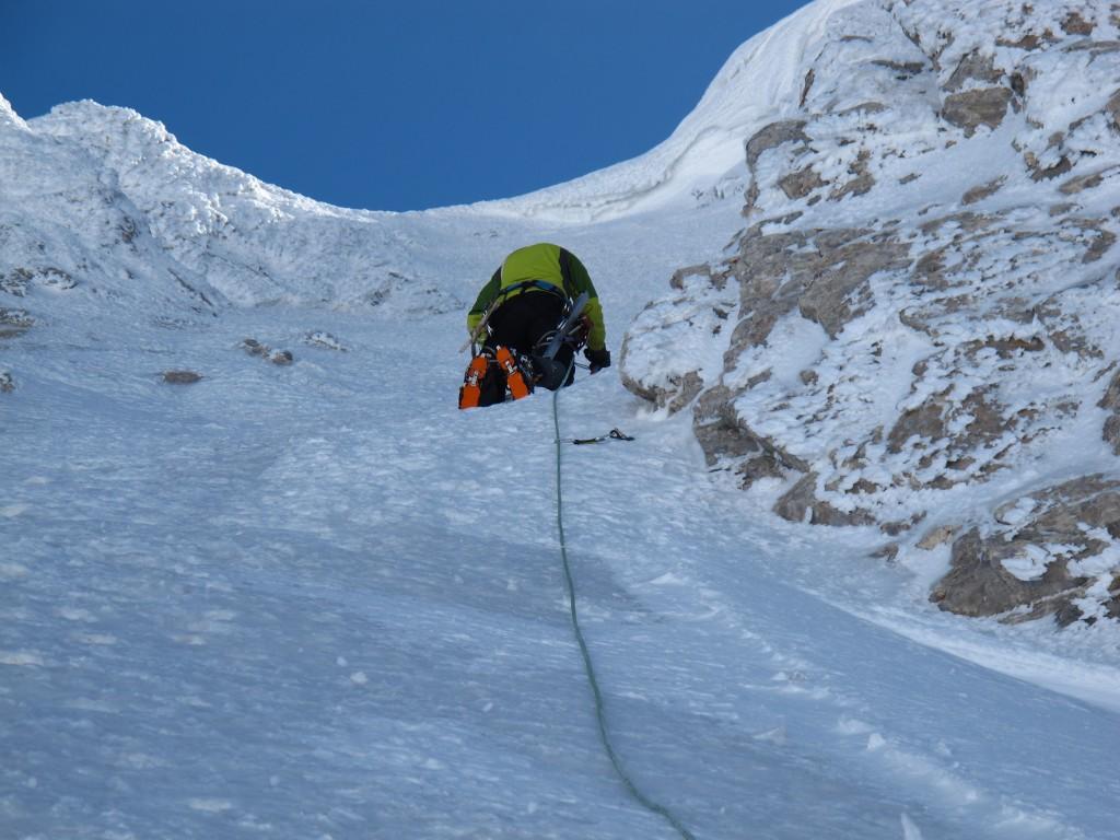 Ebru ilk buz vidasını yerleştirdikten sonra ikinci buz vidasını yerleştirirken.