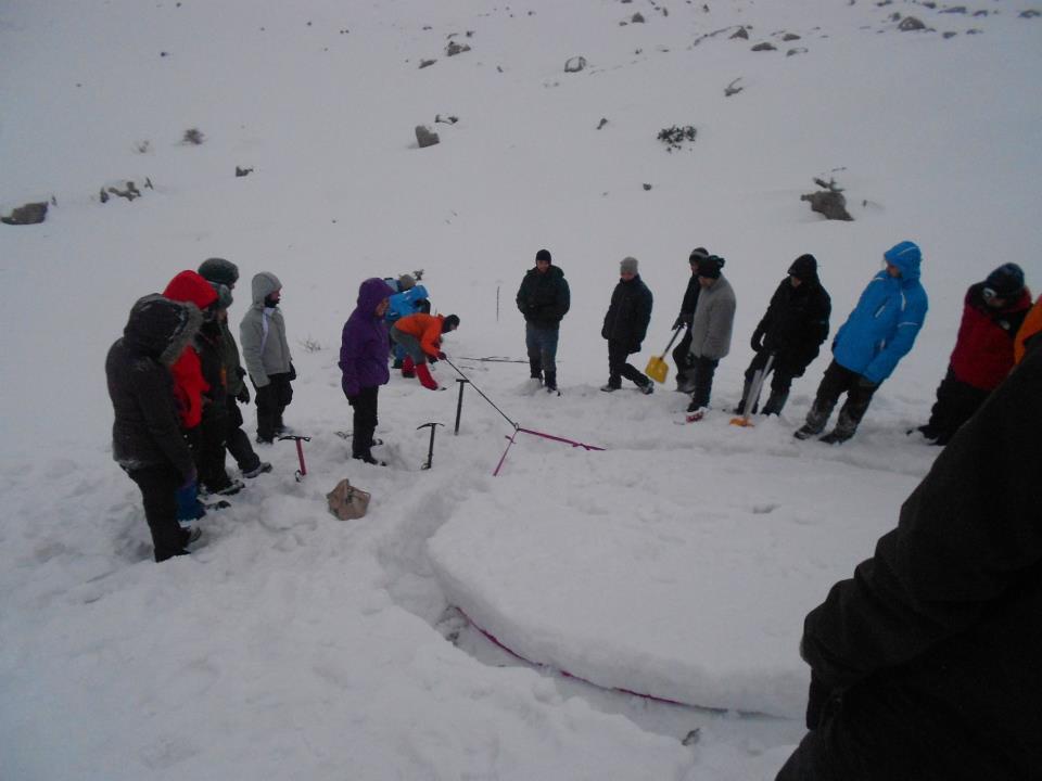 (Karda emniyet alma yöntemlerinden kar babasının dayanıklığını test eden başlangıç grubu)